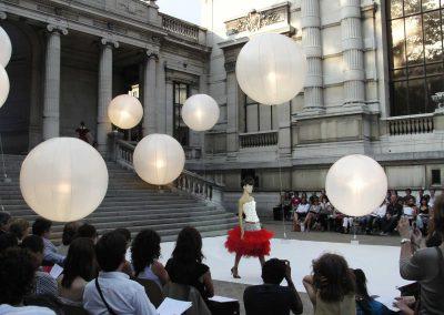 ballon-sphere-eclairant-tungstene-helium-defile-de-mode-palais-de-tokyo-fashionweek