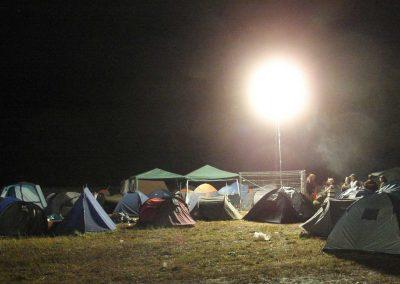 ballons-eclairant-sur-mat-camping-parking-secours-concert-festival