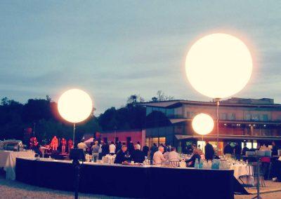 ballons-eclairants-exterieur-sur-mats-chateau-diner-cocktail